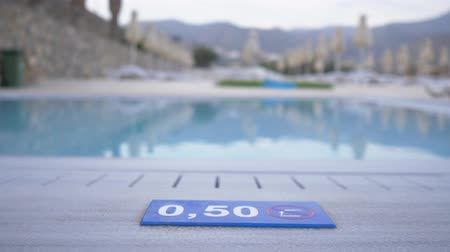 ter cuidado : 0,50 M. Depth marking on pool edge.inscription of the swimming pool depth.pool depth sign. 4K Vídeos
