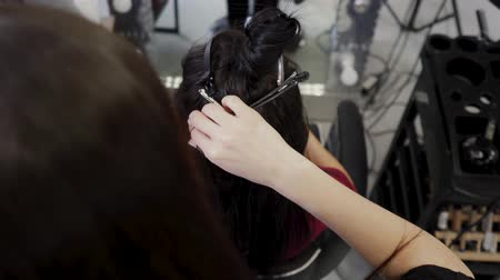 основа : Hairdresser hair extensions brunette girl. Braiding braids for subsequent hair extensions. 4K Стоковые видеозаписи