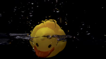 patinho : Yellow Rubber Duck hits Water Surface in Slow Motion Vídeos