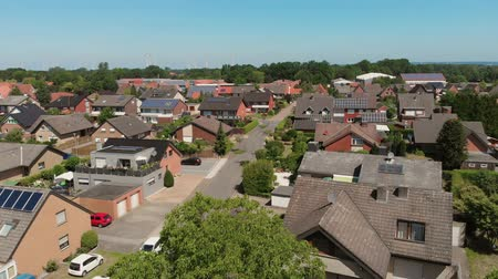 Бавария : The span of the camera over the roofs of a small German city. Flying camera over the roofs with solar panels. Greven, Germany. Aerial view 4K