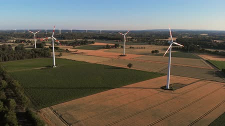 elétrico : Aerial wiev of windmills farm. Power Energy Production. The camera flies back from the windmills