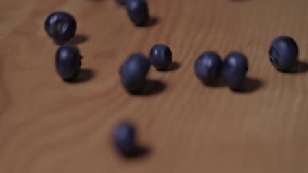 Blueberries Rolling Down a Wooden Board, Closeup. Slow motion Vídeos