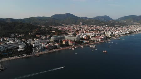 архипелаг : The boat sails along the city beach. Aerial view