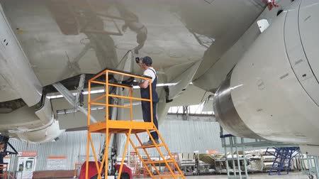 winda : Aircraft service, view of the tail of the aircraft. Repair of an airplane wing. Russia, Novosibirsk, 10.07.2017 Wideo