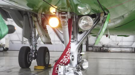 aeroespaço : The headlight on the front of the plane lights up