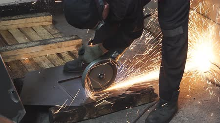 broca : Worker cutting metal with many sharp sparks
