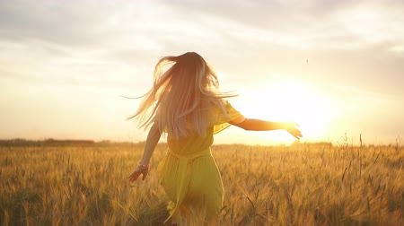 széna : Girl running across field in the sunset