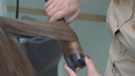 prádelník : Hairdresser makes hairstyle close-up on blond hair of beautiful woman