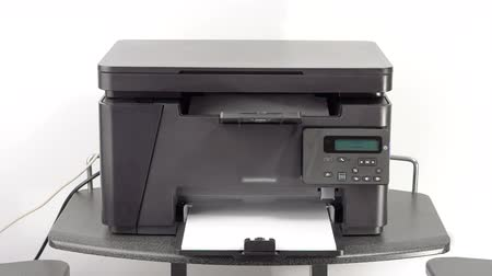 tarayıcı : Printing out documents on laser office printer Stok Video