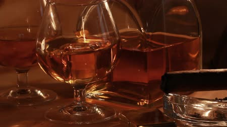 cygaro : Close up of glasses with cold whiskey in darkness Wideo