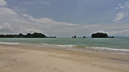 grande angular : Wide angle footage of a sandy beach facing Andaman Sea in Langkawi Malaysia Stock Footage
