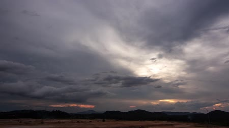 nuvens : Storm clouds accumulating during sunset