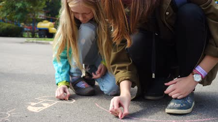 ručně malovaná : children drawing on an asphalt with the piece of chalk Dostupné videozáznamy