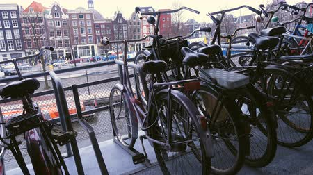estacionado : AMSTERDAM, NETHERLANDS - MARCH 27: bike parking at the Amsterdam Centraal railway station