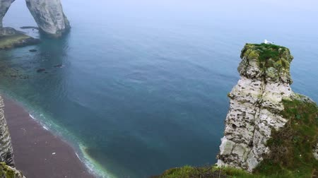 normandiya : rocky cliffs and the sea at the Etretat, Normandy, France Stok Video