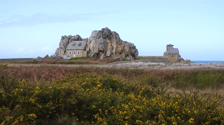 bretagne : PLOUGRESCANT, FRANCE - APRIL 04, 2018: view of house between two rocks