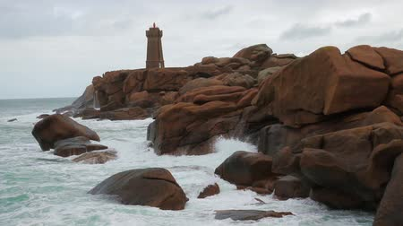 bretagne : Phare de Men Ruz lighthouse at the Rose Granit Beach, Brittany, France Stock mozgókép
