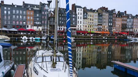 normandiya : HONFLEUR, FRANCE - APRIL 08, 2018: Honfleur harbour in a beautiful day, Normandy, France Stok Video