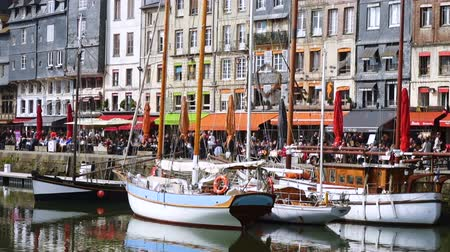 normandie : HONFLEUR, FRANCE - APRIL 08, 2018: Honfleur harbour in a beautiful day, Normandy, France Stock Footage