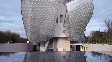 estruturas : PARIS, FRANCE - APRIL 10, 2018: The Fondation Louis Vuitton at the Bois de Boulogne