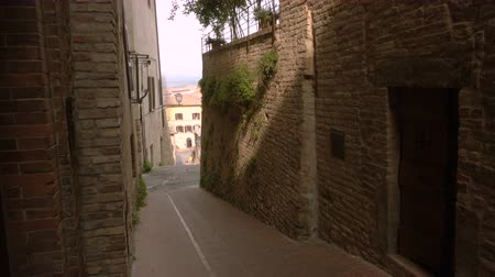 典型的な : view of old empty italian street