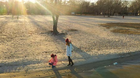 morze bałtyckie : mother with daughter walking by the winter beach Wideo