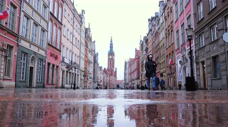 macskaköves : GDANSK, POLAND, MARCH 05, 2019: low view of main street of Gdansk city old town at the rainy day