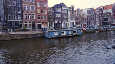 holandês : AMSTERDAM, NETHERLANDS - MARCH 27: streets and channels of Amsterdam