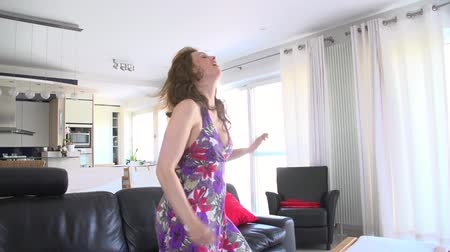 kanapa : young women dancing in her living room Wideo