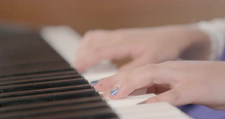 piyano : hands playing piano chords Stok Video
