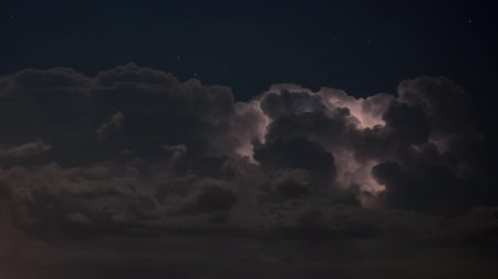 гром : Time lapse of severe thunderstorm clouds at night with lightning Стоковые видеозаписи