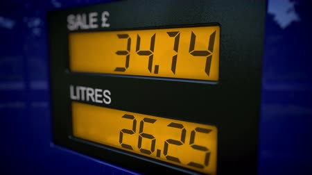 числовой : UK petrol pump display starts fueling at 30 pounds with slow zoom in motion