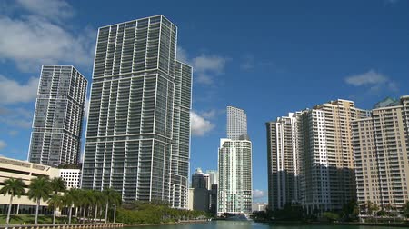 Майами : Miami skyline on a sunny morning - left to right pan