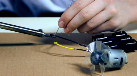 мотивация : HD Young creator in Electronics creating something new - dolly shot. HD1080p. EOS 550D.