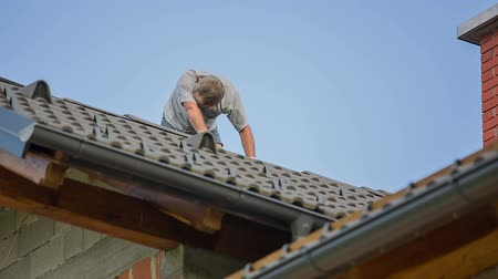 destruído : Man Adding New Top Roof Tile