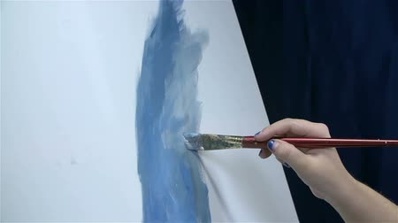 artistas : Artist drawing something on white canvas in slow motion