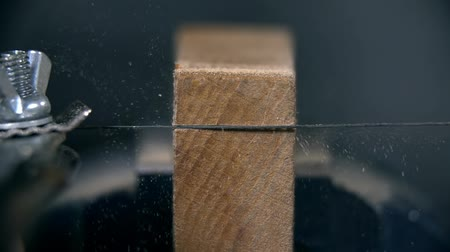 ferramenta : Sawing through small chunk of wood in slow motion