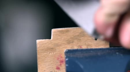 marangoz : Grinding small piece of wood in grip Stok Video