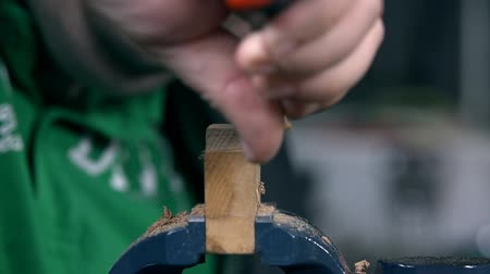 práce ze dřeva : Cutting away useless parts of wooden chunk on a grip Dostupné videozáznamy
