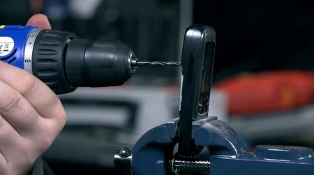 ferramenta : Drilling a hole through mobile phone in slow motion