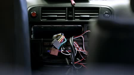 кража : Close up of mounting new car radio Стоковые видеозаписи