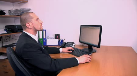 mobbing : Slow Motion Office Business Man Looking At Clock Wideo