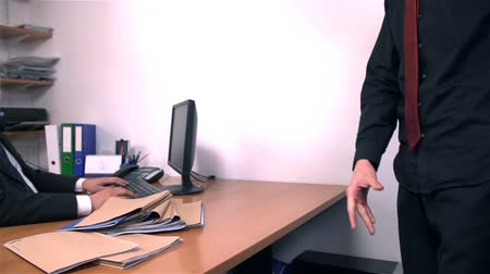 mobbing : Throwing Notes on Office Desk in Slow Motion Wideo