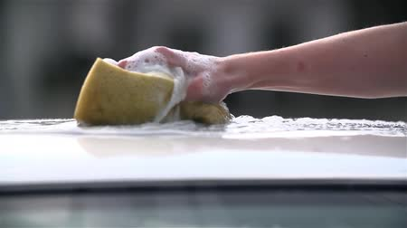 pěna : Slow Motion Sponge Squeezing On Car Roof