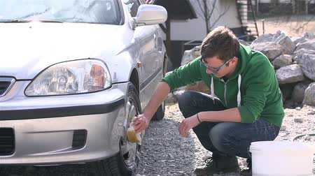sünger : Slow Motion Young Man Cleaning Car Rims