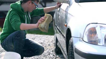 sünger : Cleaning Car With Sponge and Bucket of Water Stok Video