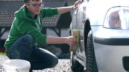 sünger : Young Man With Glasses Cleaning Car With Sponge