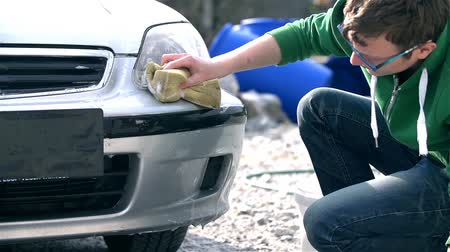 gąbka : Young Man Cleaning Front Bumper