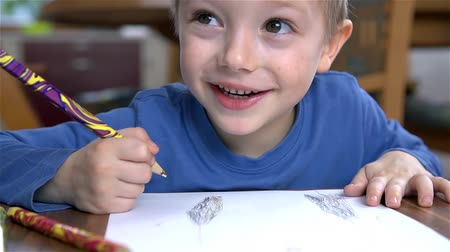çizim : Close Up on Young Child Drawing And Smiling