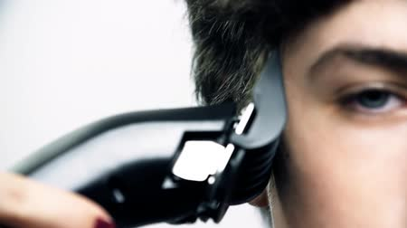 atenção : Close Up Cutting Hair With Clipper in Slow Motion